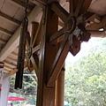 八卦和尖矛造型柱頭、鋸齒狀屋簷