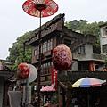 木造老街房舍與桐花祭意象