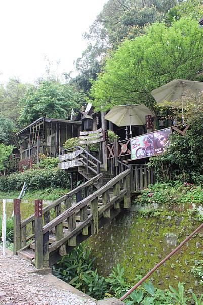 勝興車站對面山坡上的仿古木造餐廳