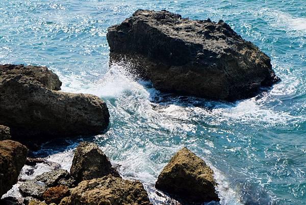 山崖下浪花拍打礁岩