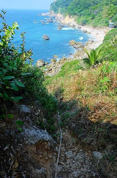 攀下海邊的山壁繩索小道