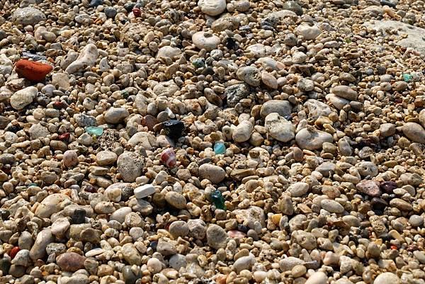 秘境海灘鋪滿細石顆粒
