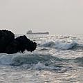 湧浪、礁岩,與輪船