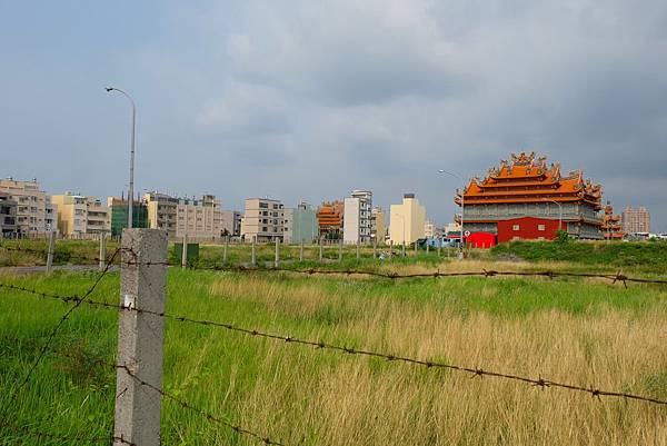 鳳山區南成里常見空地、房舍與寺廟交雜