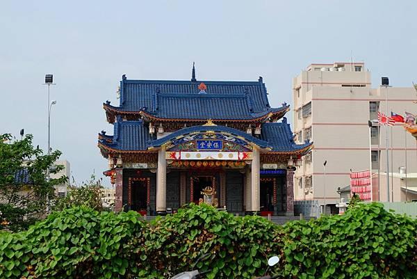 保安堂的寶藍色屋瓦