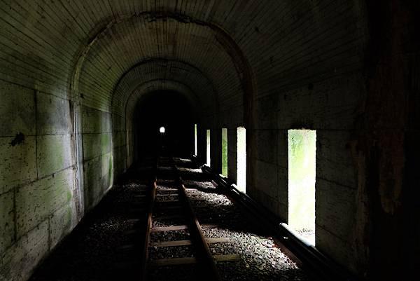 隧道中的窗戶