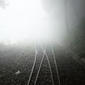 鐵軌消失在發亮雲霧中
