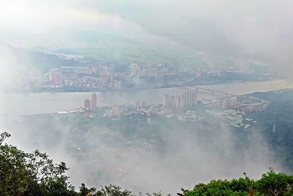雲霧中的淡水河岸