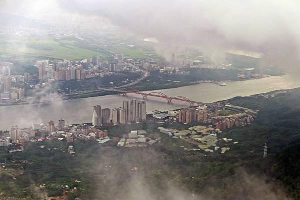 雲霧中的關渡大橋