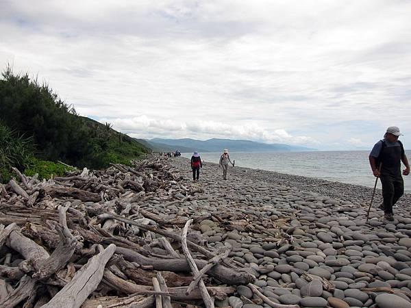 行走鵝卵石海灘