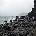 穿越海岸巨石堆