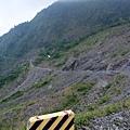 懸掛山邊的霧台公路