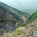 往山下沖去的瀑布水流