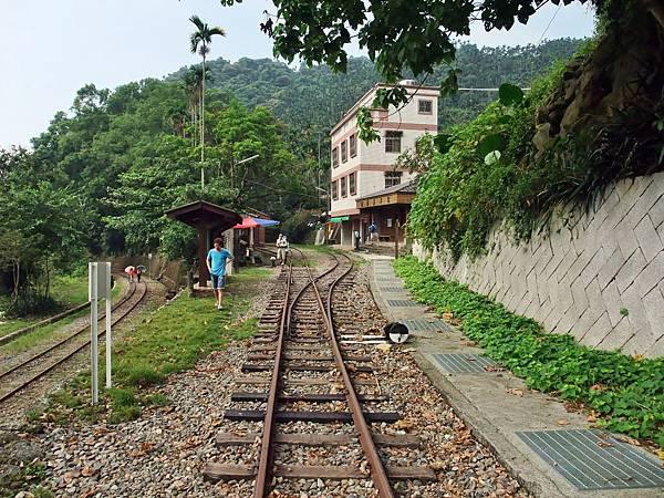 進入樟腦寮車站的鐵道支線
