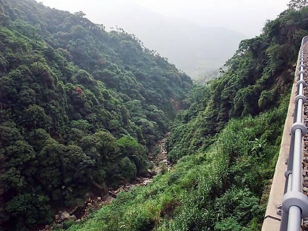 鐵橋下有溪谷