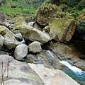 河床巨石堆疊