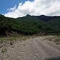 乾涸河床上的碎石道路