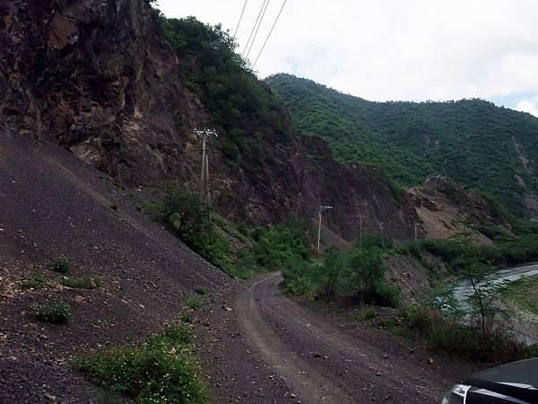 路況:大崩壁與溪谷...