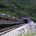 自強號列車駛入中央隧道