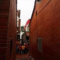 通往隘門的防火紅磚巷道