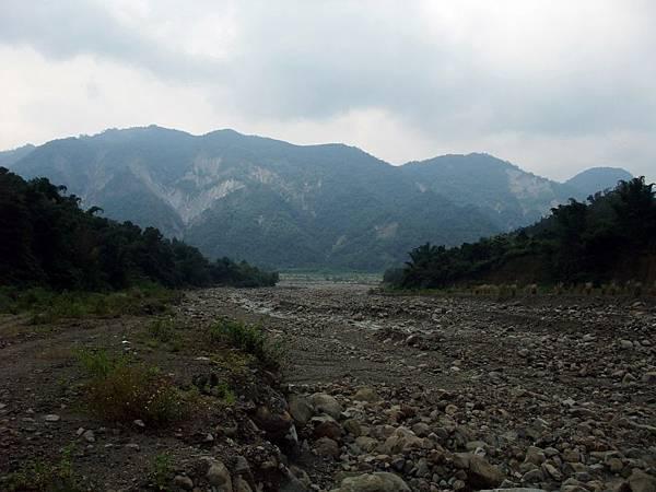 由溪谷上游往小林村遺址方向