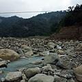 河床邊的崩塌山坡
