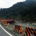 紅色的鐵架便橋