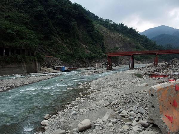 連便橋也被沖斷的可怕景象......