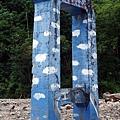 孤立路旁的原吊橋支柱
