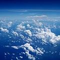 潔白雲朵彷彿細碎棉絮般被撕碎