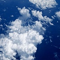 飛機下方的白色積雲