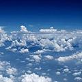 平行漂浮的灰色長條狀雲