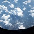 浮雲間可見陸地與城市