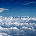 遠方雲海中有黑色山脈隱藏