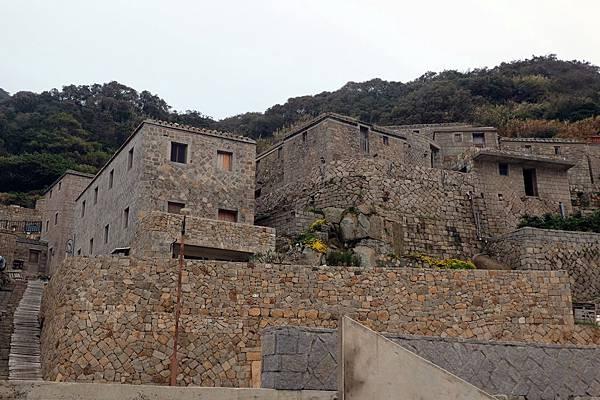 花崗石堆砌的屋舍牆面