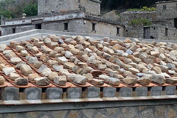 屋頂上的壓瓦石