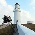 連接東犬燈塔的白色矮牆