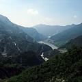 遠方河谷中的霧台谷川大橋