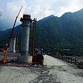 臨時搭建的鋼構便橋