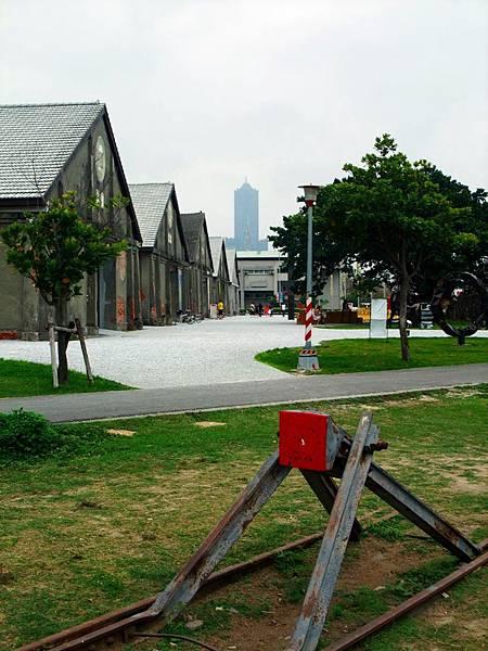 景觀4:舊鐵道、舊倉庫、高雄85大樓