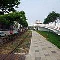 凱旋四路,舊鐵道、自行車天橋