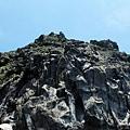 仰望礁岩峭壁