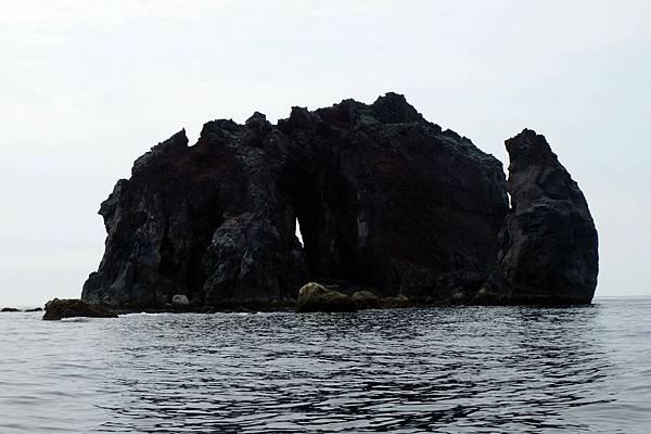 花瓶嶼東側可見海蝕凹壁