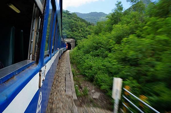 火車進山洞隧道