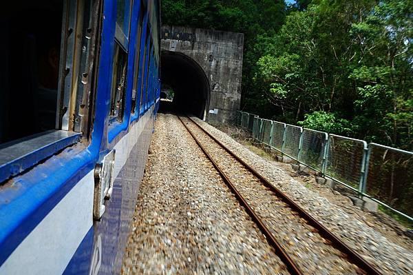 菩安隧道,連續的光與影