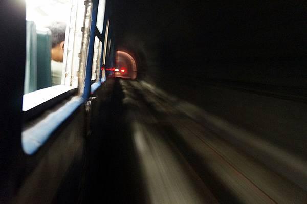 隧道中滿是光影流洩