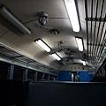 車廂內燈光昏暗