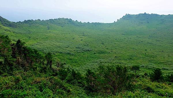 火山口上一片綠茵