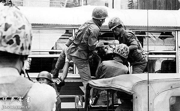 歷史照片:公車內抬出的死者