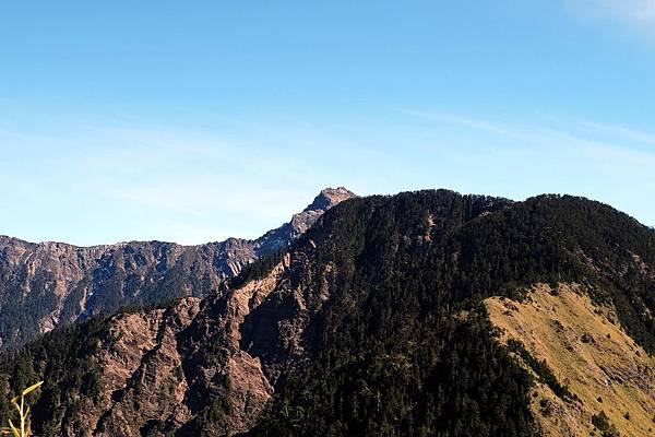 藏在玉山西峰後面的玉山主峰